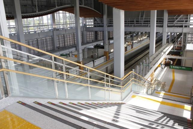 七戸十和田駅 ホームへの階段