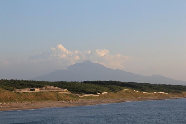 海から見える岩木山 ~つがる市木造出来島海岸~