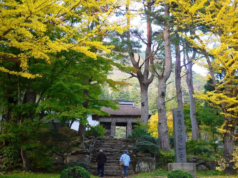 紅葉の美しさにに包まれた山の中のお寺
