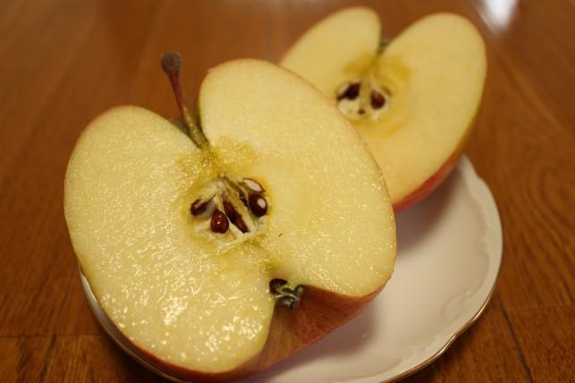 りんごを割ると