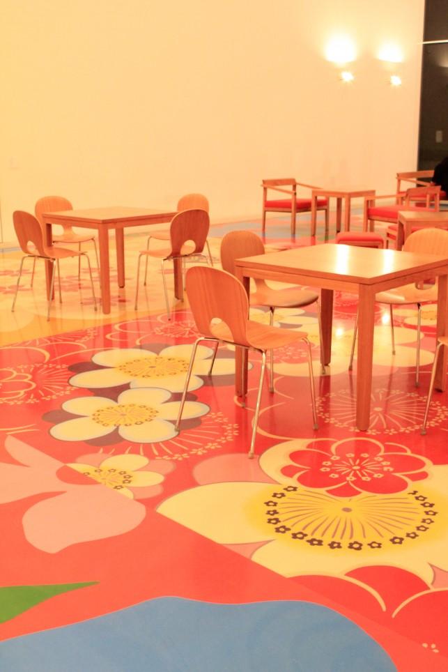 作品の上でcoffee please!!! 十和田市現代美術館カフェ。こんな贅沢、アートファンにはたまりません☆