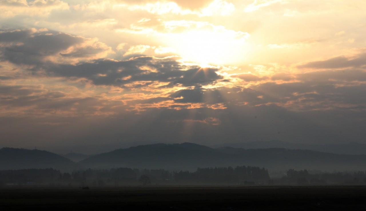 青森 風景 津軽 平野 青森市 朝 浪岡 八甲田山 霧 靄 もや 幻想的