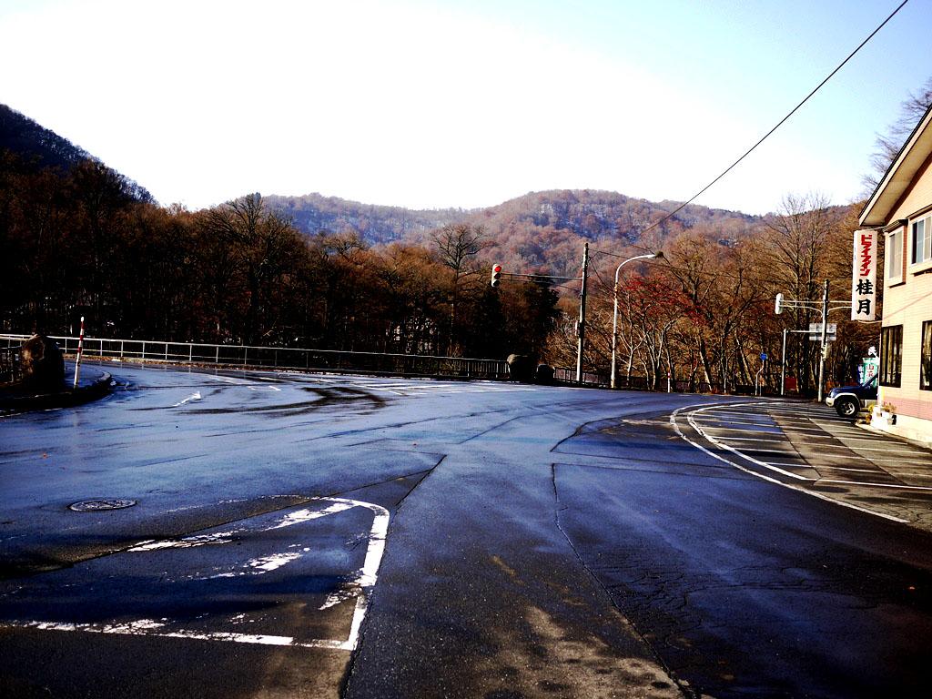 青森 風景 上北 十和田市 秋 山 湖 方面 道路