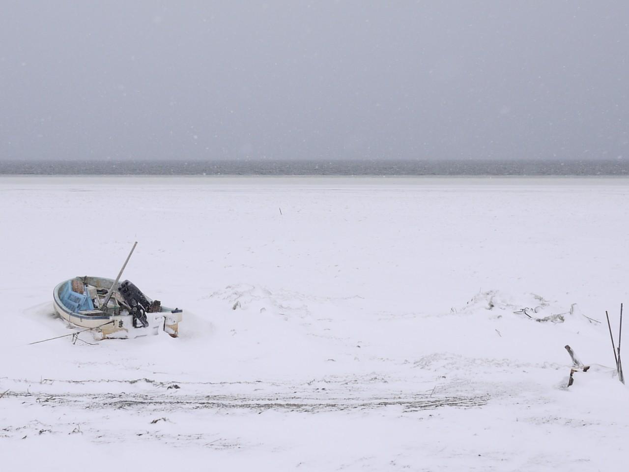 青森 三八 三沢市 風景 冬 雪 氷 船 小川原湖 ワカサギ釣り