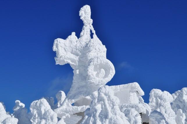 鉄塔が樹氷ついてます