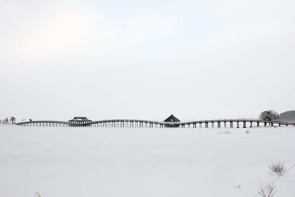 「鶴の舞橋」は、雪が降るとこうなります