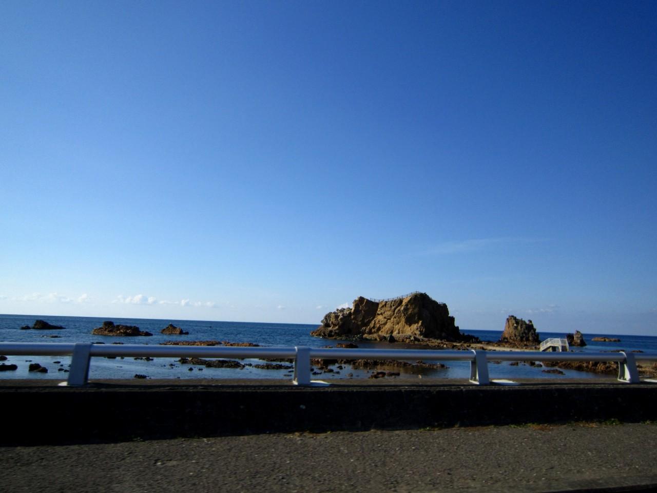 青森 津軽 深浦 風景 冬 昼 晴天 海 海岸 岩場 青