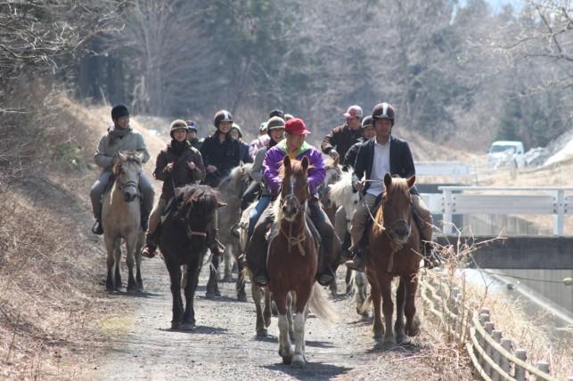 田畑と道路と馬と人
