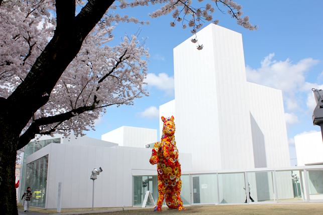桜と美術館とフラワーホース