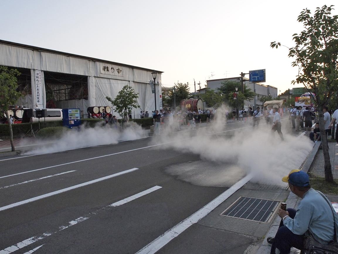 「例年と違ったもの」に象徴されていたのは、ねぷたのスタート地点に用意された「霧」の演出です。