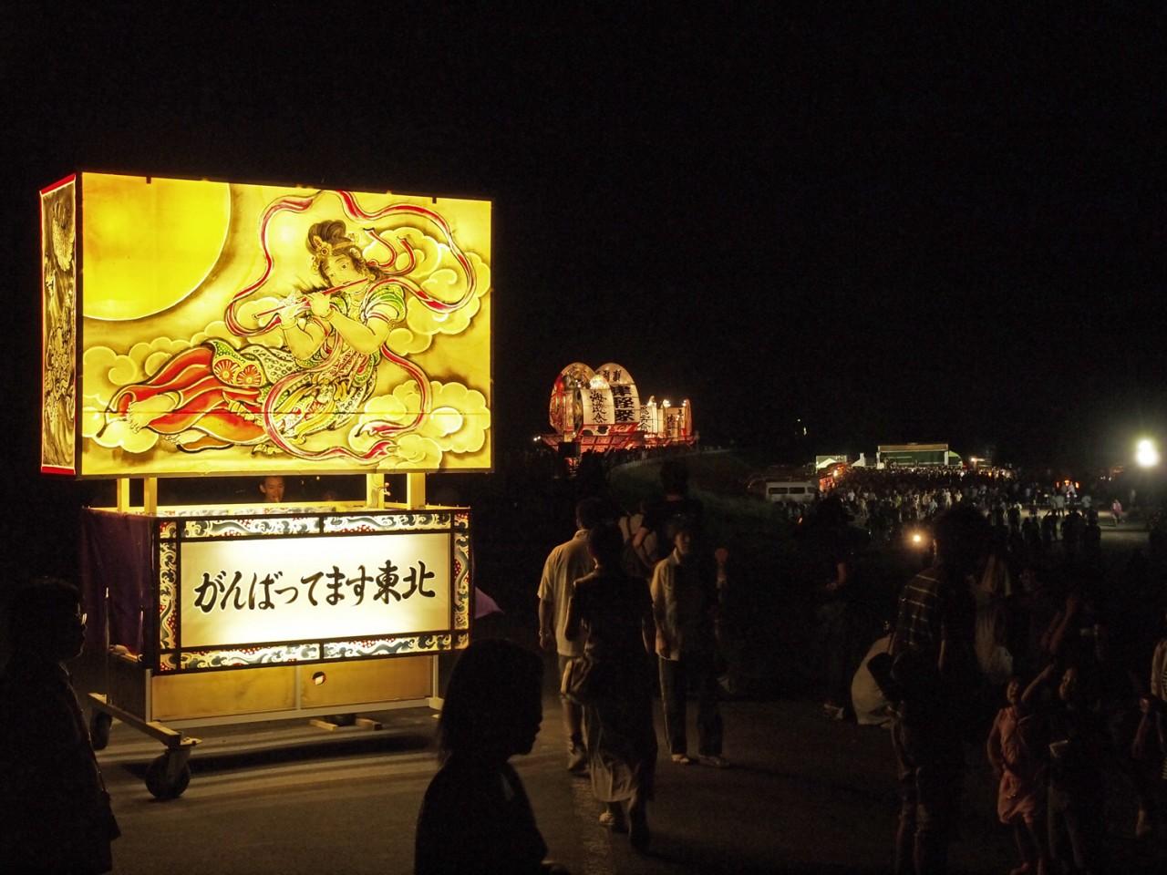 余韻にひたりながら帰途につく観客たち。弘前の短い夏を締めくくる素晴らしいイベントでした。