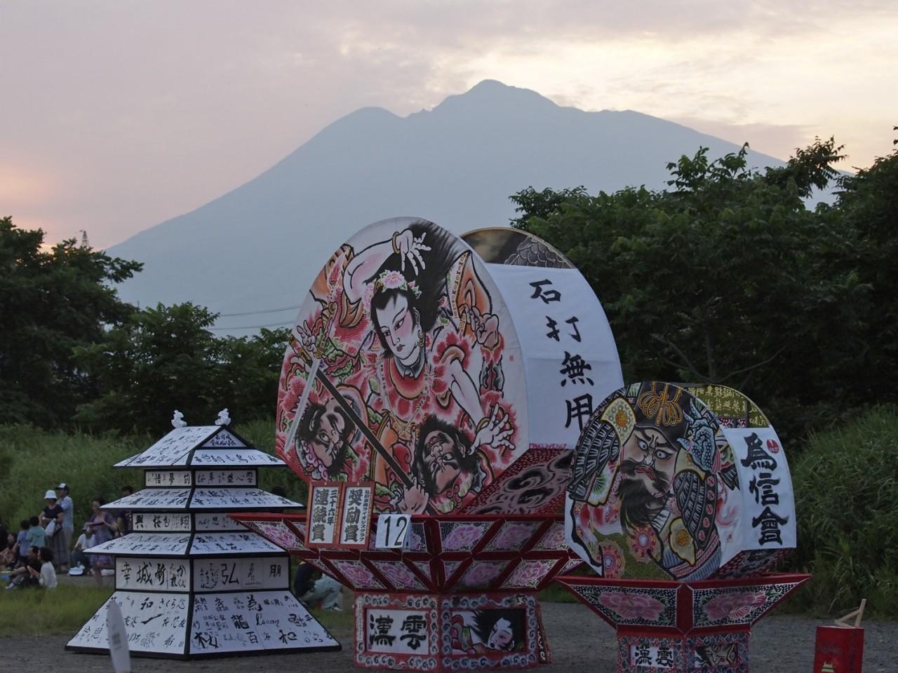 同じく神妙な面持ちで出番を待つ扇ねぷたと弘前城ねぷた。「心配はいらないよ」とお岩木山が激励しています。