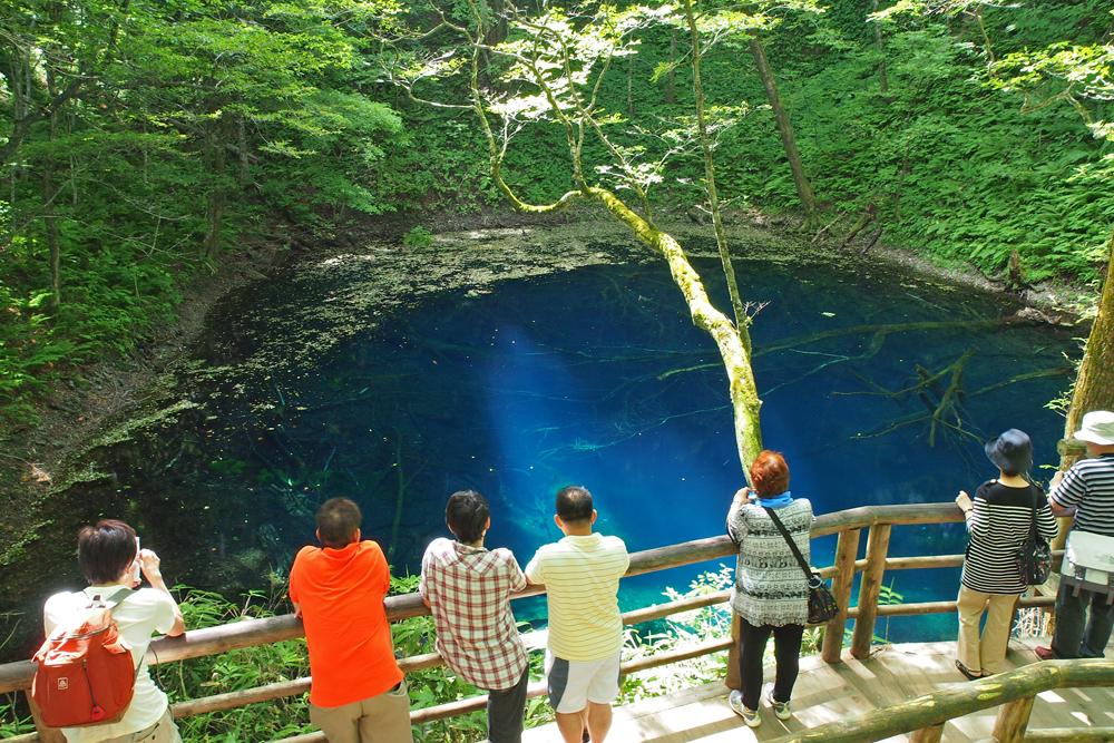 神秘的な青色をひと目見ようと多くの人々が訪れます。