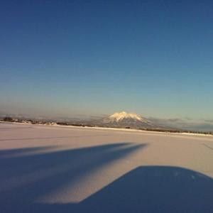 久しぶりのクリアな岩木山。 通勤途中に車を寄せての一枚。 朝8時の平賀からです。(平川市)