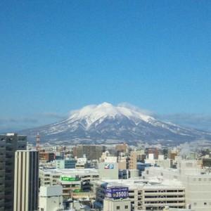 駅前ホテルの最上階から^^ 通勤途中に覗いていた真っ白な山のてっぺんにワクワク! デスクに寄らず速足で最上階へ直行!! カシャ!(弘前市駅前)