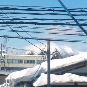 建ものに隠れてるし、電線や電柱でほとんど見えませんが、こういう岩木山もありかな(弘前市)