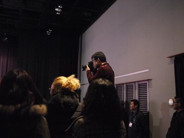 舞台挨拶を撮影している「たがまぁさん」