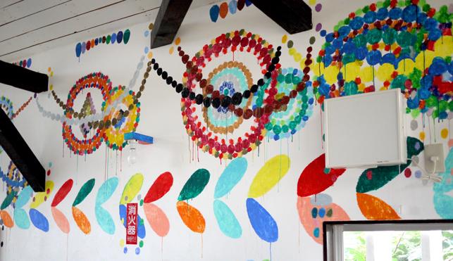 かれいざわcafeの壁も多田友充さんデザイン