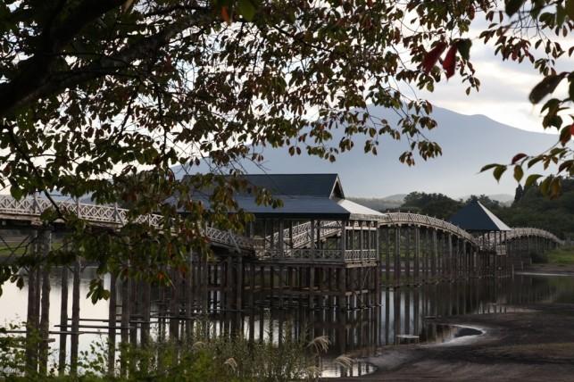 秋空と鶴の舞橋